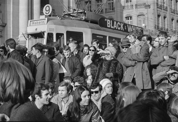 Manche blockierten zum Protest die Tramschienen, was aber ohne Folgen blieb. Der Verkehr wurde einfach umgeleitet.