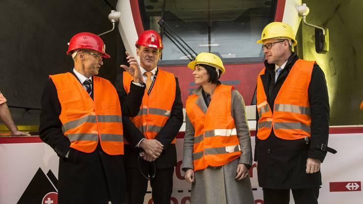 Werner Marti, Verwaltungsratspräsident von Alptransit AG, Renzo Simoni, Vorsitzender der Alptransit AG, Bundesrätin Doris Leuthard und  Andreas Meyer, CEO SBB, von links, befinden sich 15 Kilometer im Tunnel.