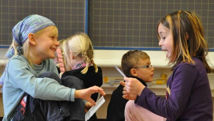 In der Schule und bereits im Kindergarten ein grosser Teil der Zeit zum Erlernen der Standardsprache, also Hochdeutsch, verwendet wird.