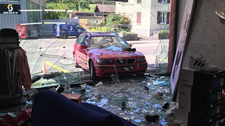Aus noch nicht restlos geklärten Gründen beschleunigte das Auto jedoch stark und krachte in das Schaufenster.