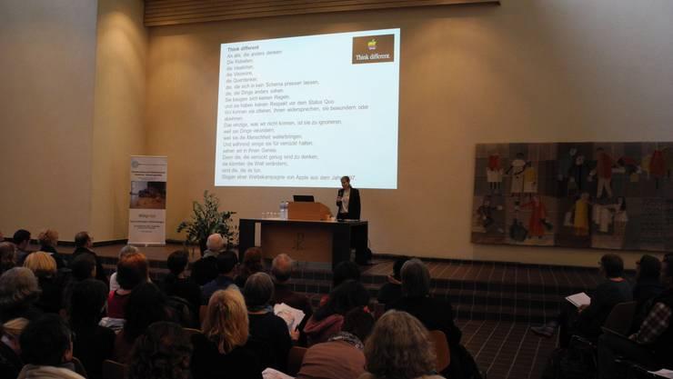 Autismus Forum 2017 in Urdorf: Andrea Capol, Gesamtleiterin der Stiftung Autismus und Kind, eröffnet das Forum.