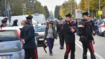 Dramatische Szenen vor der Postfiliale in Pieve Modolena: Carabinieri beobachten die Lage bei der Geiselnahme.