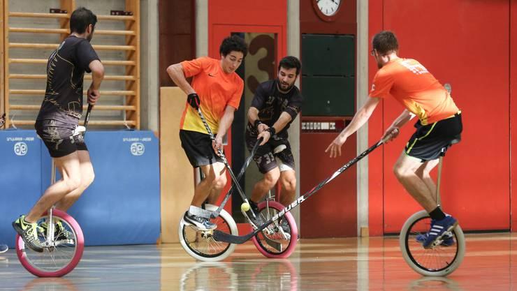 Die Einradhockey-Spieler aus Olten kämpfen gegen die Mannschaft aus Emmenbrücke um den Turniersieg