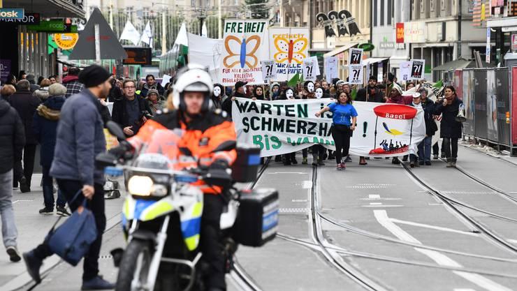 «Re-Re-Regularisierung!», skandierten die gegen 200 Sans-Papiers und Sympathisanten, die am Donnerstag in Basel demonstrierten.