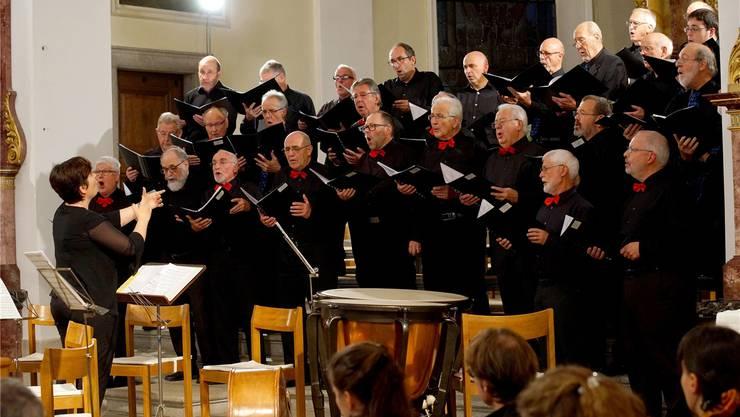 Der Männerchor Lohn-Ammannsegg singt mit Unterstützung der Männer aus dem Kirchenchor Kestenholz.