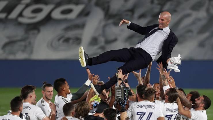 Jubel über die spanische Meisterschaft: Zinedine Zidane wird von den Spielern gefeiert.