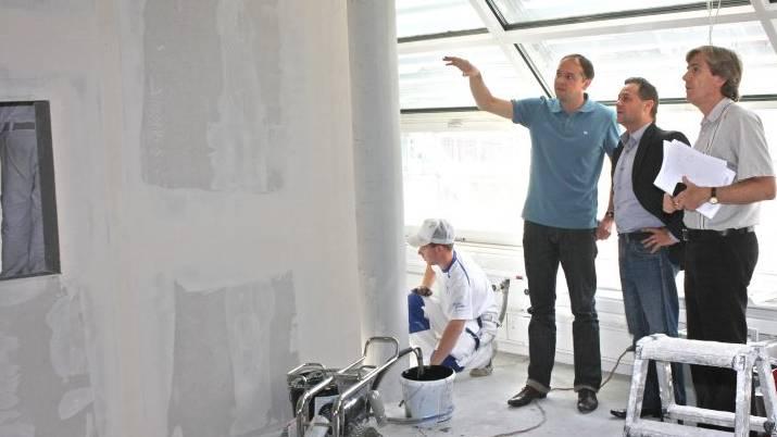 Architekt Peter Moor mit Thomas Denzel (Geschäftsführer Radio 32) und Theodor Eckert (az Solothurner Zeitung) (v.l.) vor einem der neuen Radiostudios im Medienhaus Solothurn der AZ-Mediengruppe (Foto: Andreas Kaufmann)