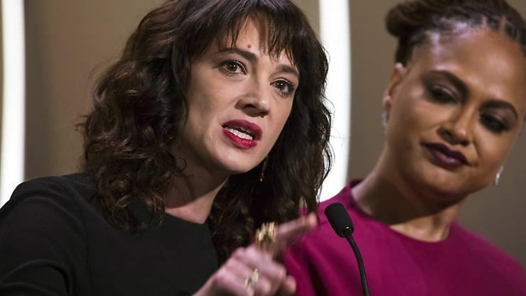 Die Schauspielerin Asia Argento (l.) machte öffentlich, sie sei von Filmmogul Harvey Weinstein vergewaltigt worden. Jetzt wird sie selbst des sexuellen Missbrauchs bezichtigt. Diese Vorwürfe weist sie zurück. (Archiv)