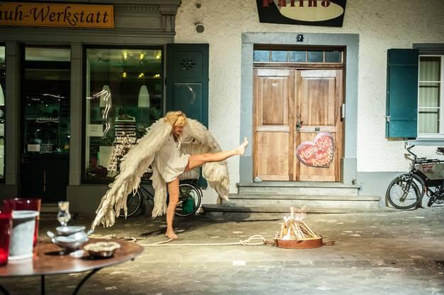 Der kuriose Engel holt das Feuer auf die Strassenb++hne