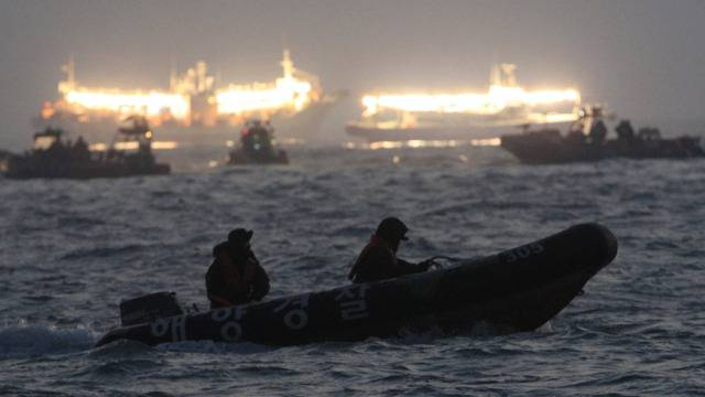 Rettungsmannschaften suchen nach dem Schiffsunglück nach Opfern