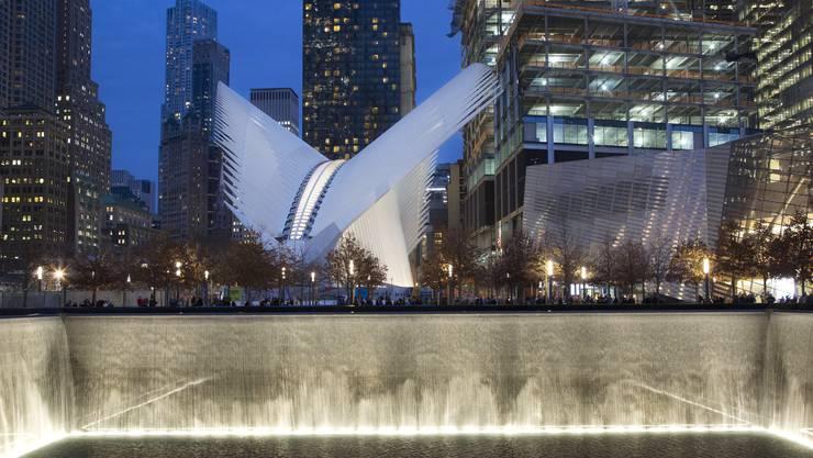 Aus der Asche des Terrors erhebt sich in Manhattan stacheliger, weisser Stahl.
