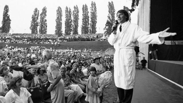 Udo Jürgens tritt 1992 im Bademantel vor das Publikum in Windisch