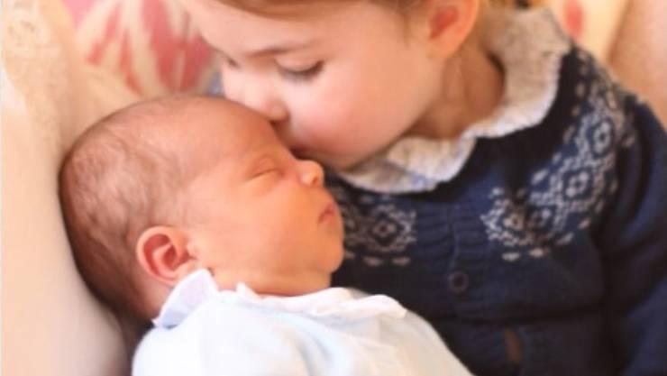 Prinzessin Charlotte an ihrem dritten Geburtstag mit ihrem kleinen Bruder Prinz Louis.