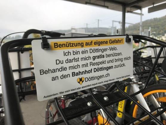 Die Döttinger-Velos können gratis benutzt werden. Damit sie nicht gestohlen oder unnötig beschädigt werden, wurden Warnschilder angebracht.