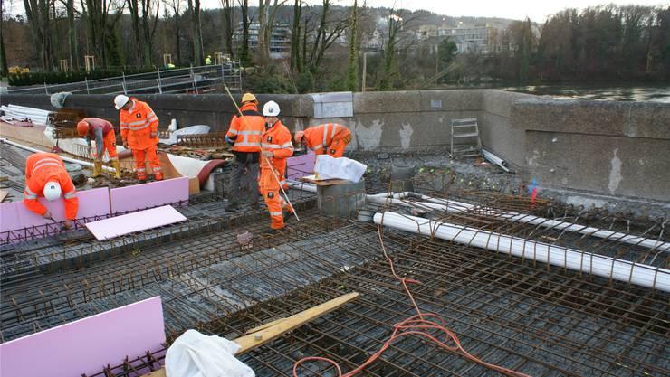 Schwierige Armierungsarbeiten auf der alten Rheinbrücke