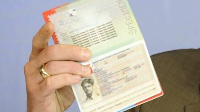 Der Prototyp eines biometrischen Passes (Archiv)