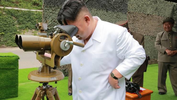 Nordkoreas Machthaber Kim Jong Un schaut auf einem Militärgelände durch ein Fernglas. Das abgeschottete asiatische Land hatte während des G20-Gipfels im benachbarten China erneut Raketen getestet - ein Vorgehen, das der UNO-Sicherheitsrat schliesslich am Dienstag scharf verurteilte.