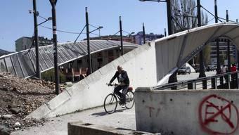 Der Grenzkonflikt ist in Mitrovica besonders präsent: Im Bild die Brücke zwischen dem albanischen und dem serbischen Teil der Stadt. (Archiv)