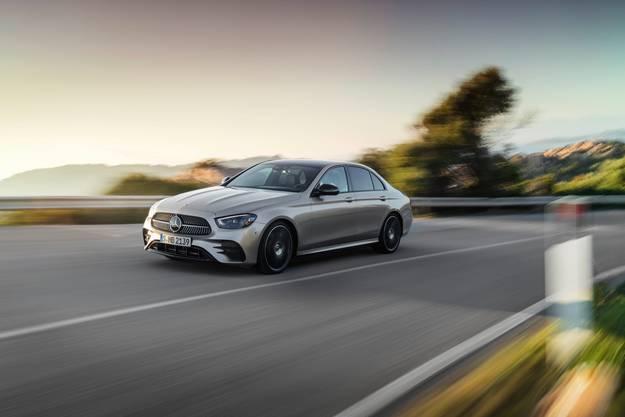 Mercedes erneuert mit der E-Klasse eins seiner wichtigsten Modelle. Mit insgesamt 14 Millionen ausgelieferten Limousinen und Kombis der E-Klasse ist sie für Mercedes die meist verkaufte Modellreihe in der Geschichte der Marke. Die neue E-Klasse kommt mit aufgefrischtem Design, einer Reihe neuer und verbesserter Fahrassistenzsysteme und dem neusten MBUX-Infotainment. Es wird ausserdem 7 Plug-In-Hybrid-Varianten geben. Verkaufsstart von Limousine und Kombi ist noch diesen Sommer.