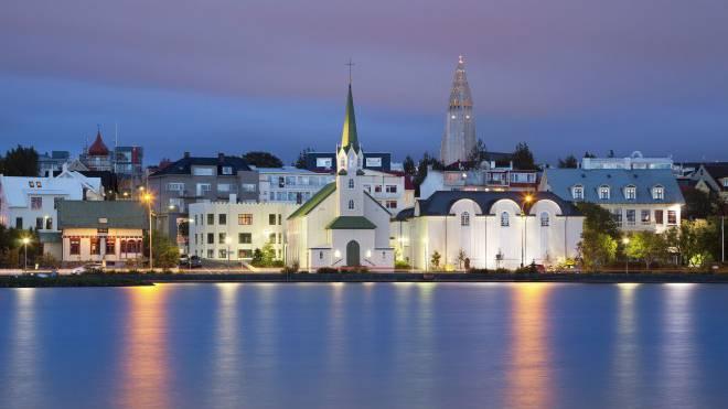In Islands Hauptstadt Reykjavik sind die Silvesterfeuer am 31. Dezember ein absolutes Highlight.