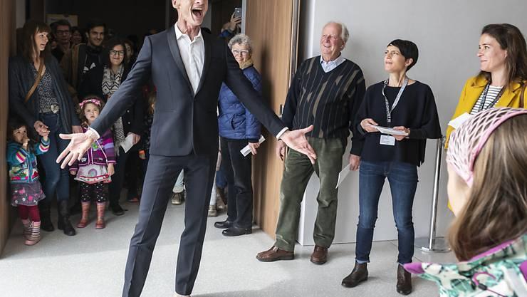 Yan Duyvendak anlässlich eines Auftritts im neuen Musée Cantonale des Beaux-Arts (MCBA) anfangs April in Lausanne. Der Performancekünstler wird vom Bundesamt für Kultur mit dem Grand Prix Theater ausgezeichnet. (KEYSTONE/Adrien Perritaz)