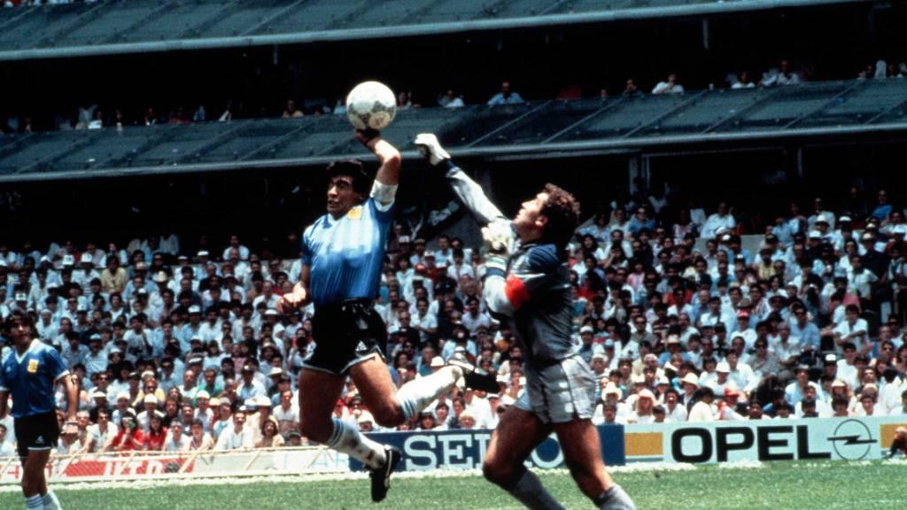 Diego Maradona trifft mit der Hand im WM-Viertelfinal gegen England