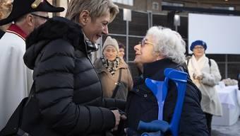 Karin Keller-Sutter im Gespräch mit einer Bürgerin. Am Donnerstag fand in St. Gallen die Wahlfeier für die neue Bundesrätin statt. Danach ging es weiter nach Wil, dem Wohnort der FDP-Politikerin.
