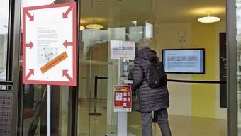Beim Eingang der Pflegi Muri ist das Desinfektionsmittel prominent aufgestellt.