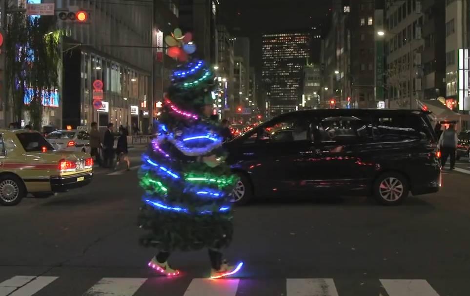 Deshalb rennt dieser Mann als Weihnachtsbaum durch Tokyo