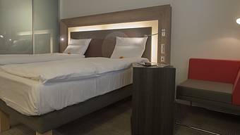 Wegen der Corona-Pandemie blieben in Schweizer Hotels im ersten Halbjahr viele Hotelbetten leer.