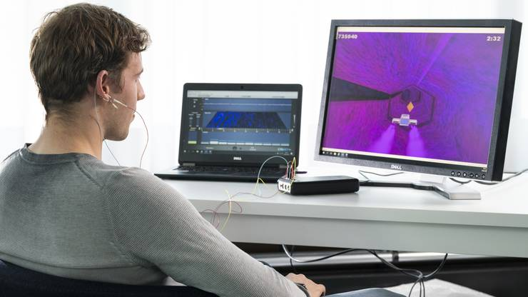 FHNW-Student Sven Altermatt beim Neurofeedback-Experiment im Labor.