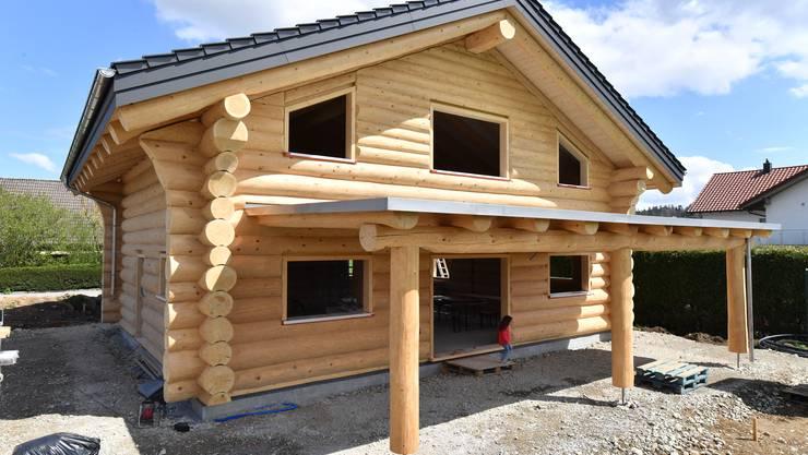 150 Baumstämme aus Solothurner Forstgebiet sind im zweistöckigen Blockhaus verbaut.
