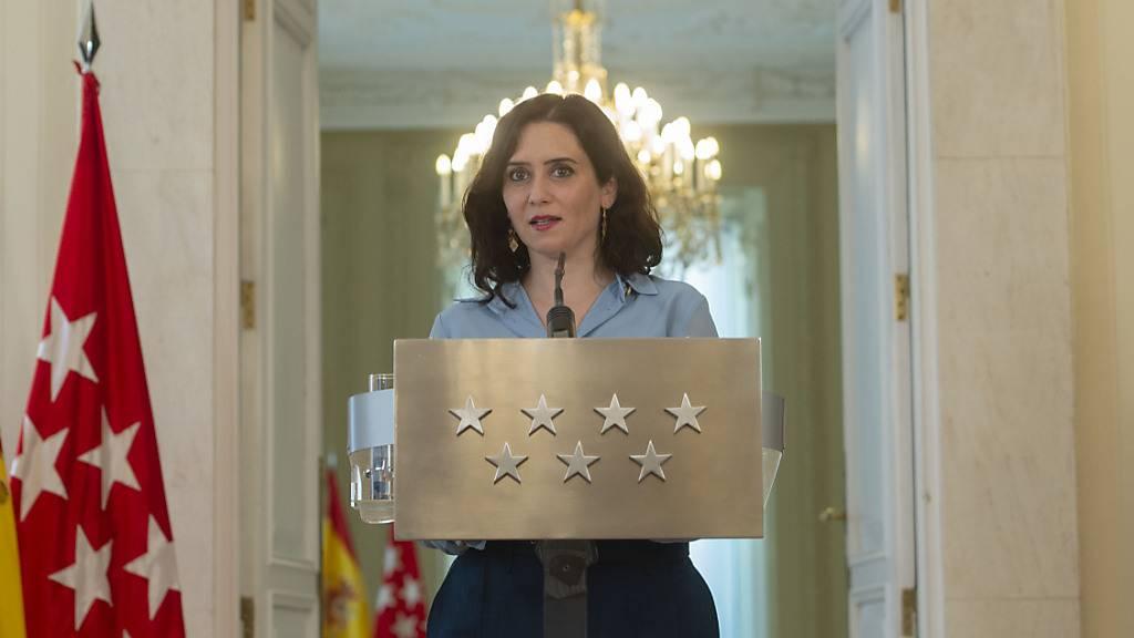 Isabel Diaz Ayuso, Präsidentin der Regionalregierung von Madrid, sprich bei einer Pressekonferenz im Hauptquartier der Regionalregierung von Madrid. Ayuso hat für den 4. Mai vorgezogene Neuwahlen in der Region einberufen. Foto: A.Ortega./Pool/EUROPA PRESS/dpa