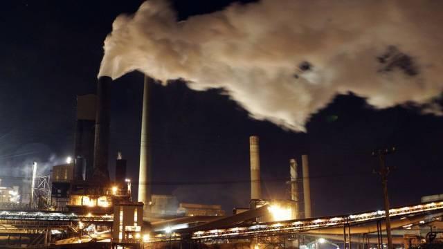 Rauchender Kamin in einem australischen Stahlwerk (Archiv)