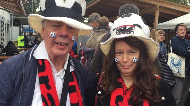 «Ich bin FCA-Fan, seit ich in Aarau wohne.» Der gebürtige Finne Hakan Lundström und Connie Wapenaar aus Aarau. Lundström sieht sich jeden «Bestatter» an.