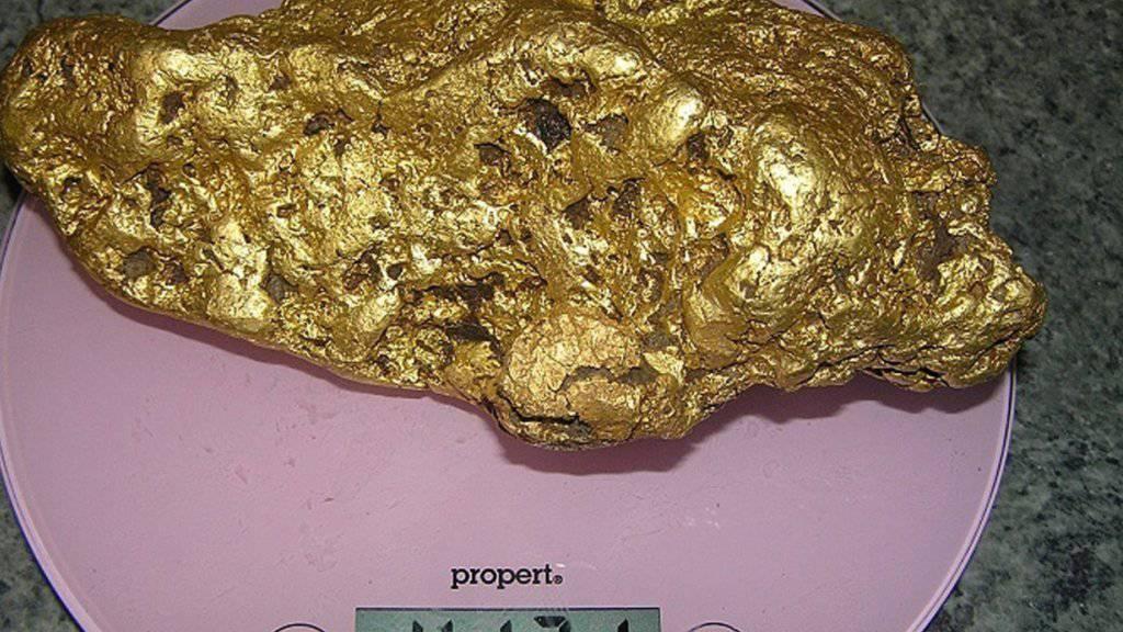 Das über vier Kilo schwere Goldnugget wurde von einem Hobbysucher im australischen Bundesstaat Victoria gefunden.