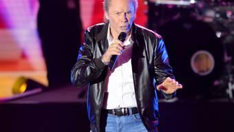 Der Sänger Peter Kraus, hier während des ZDF Sommer-Hit-Festivals 2017, muss nach einem Sturz in einer ARD-Liveshow die Schulter doch nicht operieren lassen. (Archiv)