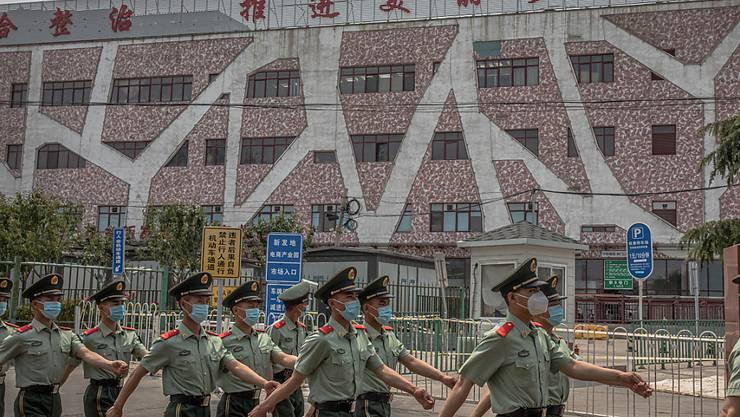 In China flammt die Ausbreitung des Coronavirus wieder auf - die Behörden ergreifen erneut drastische Massnahmen für Tausende.