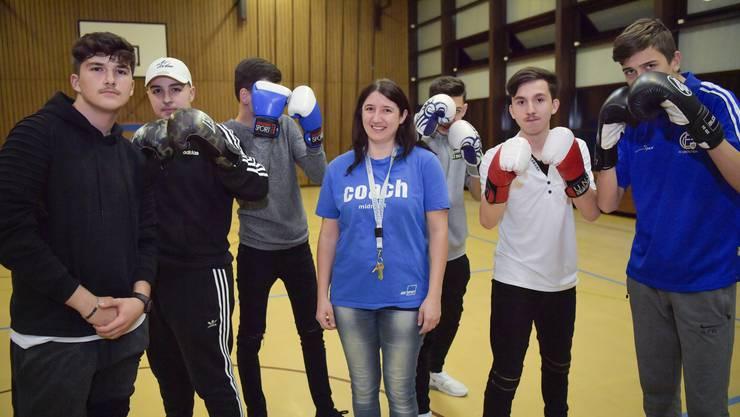 Midnight Sport in der Doppelturnhalle Zentrum schon im 10. Jahr. Im Bild: Sarah Schwab, die seit 2011 die Abende in Grenchen leitet, inmitten der jugendlichen Boxer