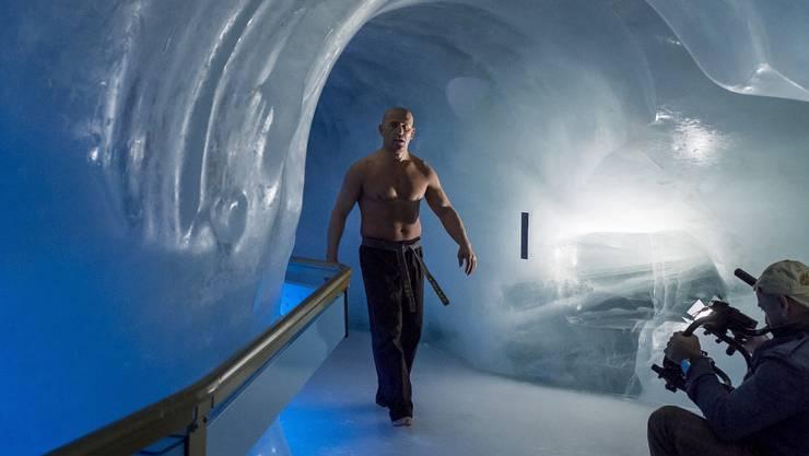 Mit Standard Kazim kommst Du immer ans Ziel, auch barfuss in der Eisgrotte auf dem Titlis.