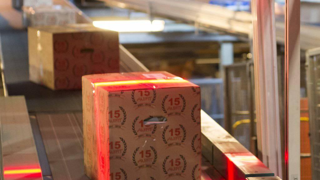 Die Förderbänder der Post standen in den Tagen vor Weihnachten nur für Wartungsarbeiten still: In den drei grossen Verteilzentren wurden täglich 1,4 Millionen Pakete sortiert.