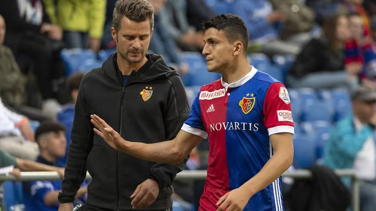 Basels Torschuetze Mohamed Elyounoussi verlaesst verletzt das Feld.
