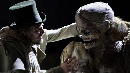 Der Erfinder Dr. Viktor Frankenstein (David Berger) im Zwist mit seinem Geschöpf.