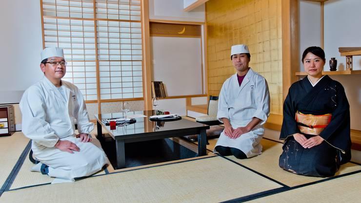 Das Restaurant Hasenberg in Widen führt die Aargauer Rangliste mit 16 Punkten an. Auf dem Bild Shingo Ozawa (Sous-Chef), Akihiko Suzuki (Grand Chef) und Geschaftsführerin Yoshiko Kurahayashi. (Archivbild)