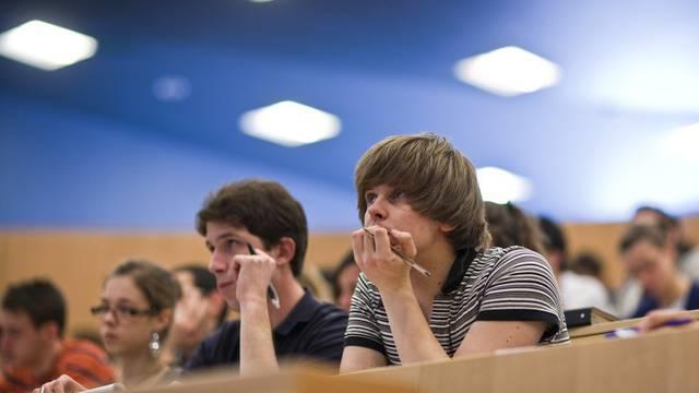 Die SVP verlangt künftig Aufnahmeprüfungen oder Kontingente für Studenten aus dem Ausland (Symbolbild)