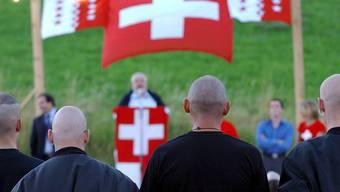 Das Zurschaustellen von Symbolen mit rassistischen Ideologien oder die Geste des Hitlergrusses sind in der Schweiz immer wieder Gegenstand hitziger Diskussionen. Im Bild: Pnos-Sympathisanten auf dem Rütli. (Archivbild)