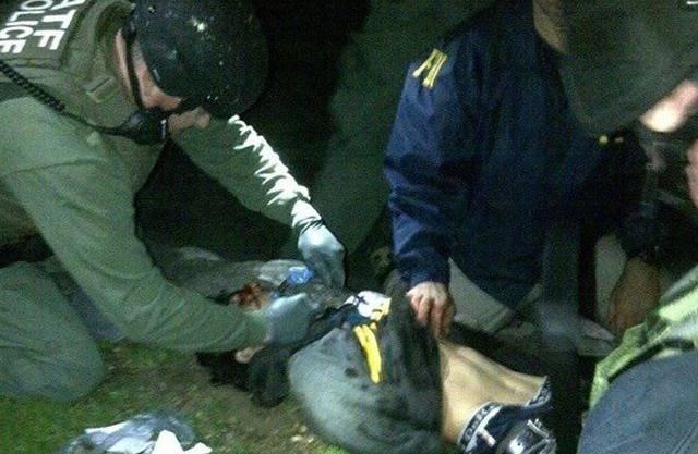 Polizisten pflegen den Bombenleger Dschochar Zarnajew kurz nach dessen Festnahme in Watertown