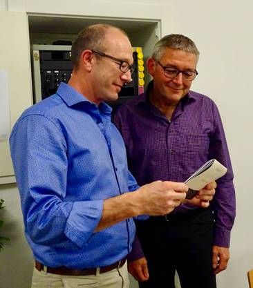 links: Ruedi Zimmerli übergibt seinem Vorgänger (Heinz Staub) das Ehrenmitgliedgeschenk.