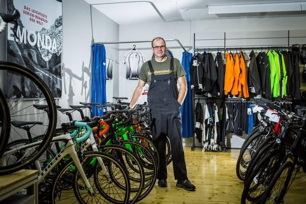 Markus Kretz, der erste Sponsor von Fabian Cancellara, in seinem Velogeschäft Velocittà