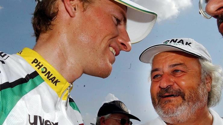 Ein strahlender Martin Elmiger, links, vom Team Phonak mit Phonak Boss Andy Rihs, rechts, nach seinem Sieg beim Grand Prix Gippingen in Gippingen AG am Sonntag, 15. Juni 2003.